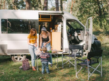 Familie vor Campervan